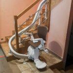 Jak przetransportować chorego męża po krętych schodach?